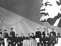 Com os bolcheviques na Rússia e os jacobinos em França, as revoluções revelam-se igualmente suicidas