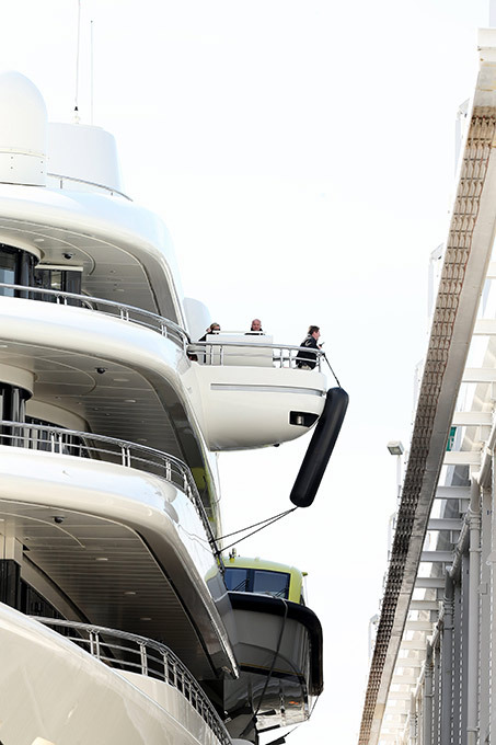 Super iate Azzam  é o maior do mundo Iate de Roman Abramovich concedeu o títulona lista dos maiores do mundo. Na Alemanha foi lançado iate Azzam decomprimento de 180 metros. Pertence ao príncipe Alwaleed da Arábia Saudita,é 17 metros mais longo do que o navio do oligarca russo e custa 609 milhões de dólares. Fotos Splash/All Over