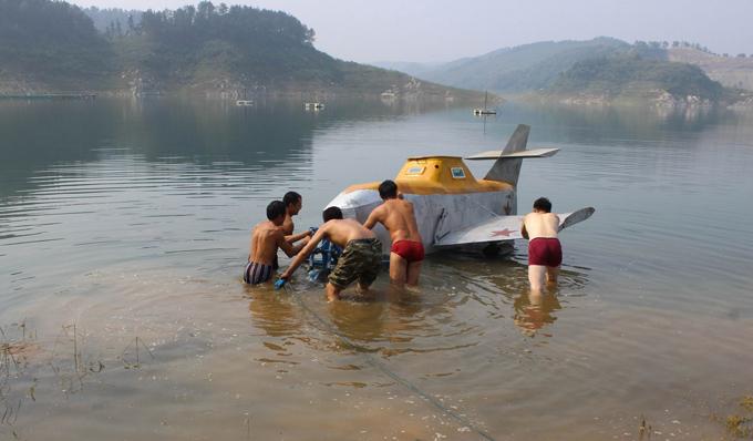 Mini-submarinos navegam pelos Oceanos Os entusiastas inventores elaboram e constroem os mini submarinos com  diferentes objetivos desde pesca até pesquisa de tesouro.