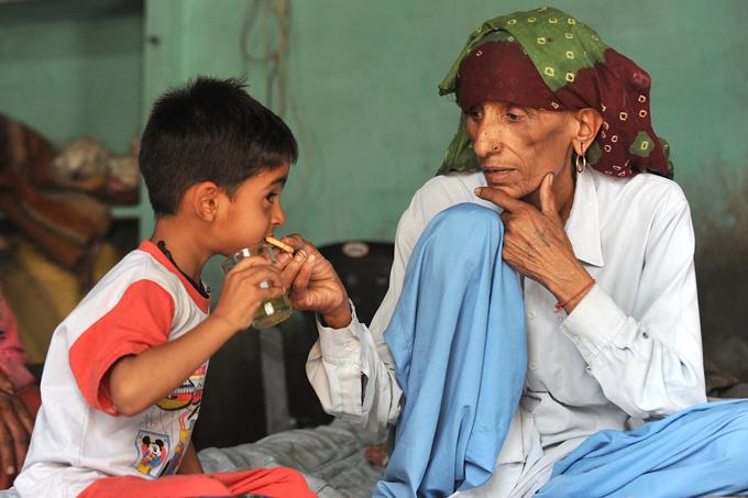 A mãe mais velha do mundo Rayo Devi de 75 anosé provavelmente a mãe mais velha do mundo. Em 2008, esta mulher frágil de Hisar, no norte da Índia ganhou as manchetes depoisde ter dadodeu à luz a sua filha Navin. Fotos Splash/All Over Veja vídeo