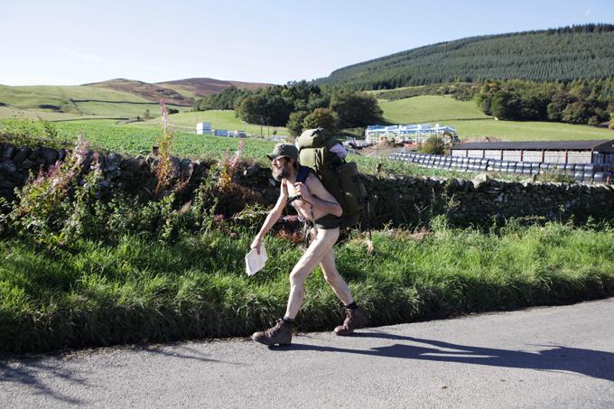 Andarilho nu Stephen Gough, 53 anos, conhecido como  o andarilho nu , acaba de ser libertado de uma prisão em Edimburgo após cumprir mais uma pena por nudez pública.Já foi condenado 18 vezes e ficou preso quase ininterruptamente desde maio de 2006. Fotos Splash/All Over