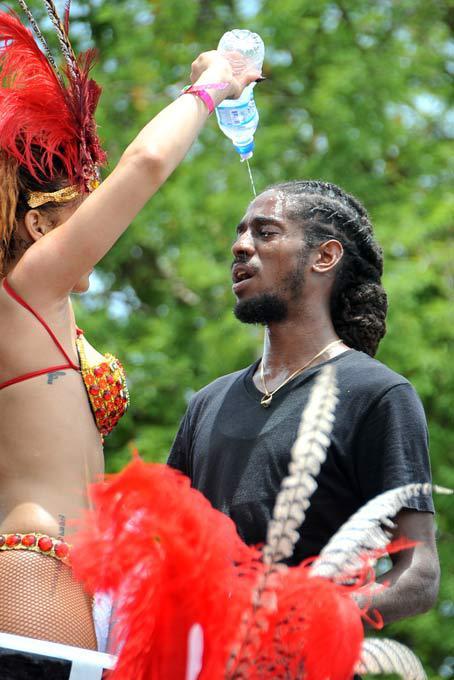 """Rihanna-Rainha do Carnaval de Barbados Vestida em  unlforme carnavalesca  muito sexual, a cantora Rihanna Rihanna foi flagrada celebrando o """"Kadooment Day"""" em Barbados, o Carnaval barbadiano."""