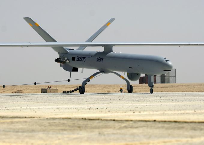 Drones é a arma do futuro O Elbit Systems Hermes 450 é fabricado pela Israelense Elbit Systems projetado para longas missões táticas de resistência. Tem uma autonomia de mais de 20 horas, com a missão primária de vigilância, reconhecimento e retransmissão de comunicações e ataque - imediato. Foto Fotodom.ru/Rex Features