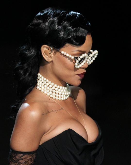 Rihanna junta-se a  Victoria's Secret show Rihanna participouna apresentação da nova colecção de lingerie de Victoria s Secret, em Nova Iorque. Ao lado de Adriana Lima, Alessandra Ambrosio e Miranda Kerr, Rihanna cantou e exibiu dois vestidos diferentes, um preto e outro rosa, enquanto interpretou dois dos novos temas do seu próximo álbum  Diamonds  e  Phresh Out the Runway . Fotos Splash/All Over Press