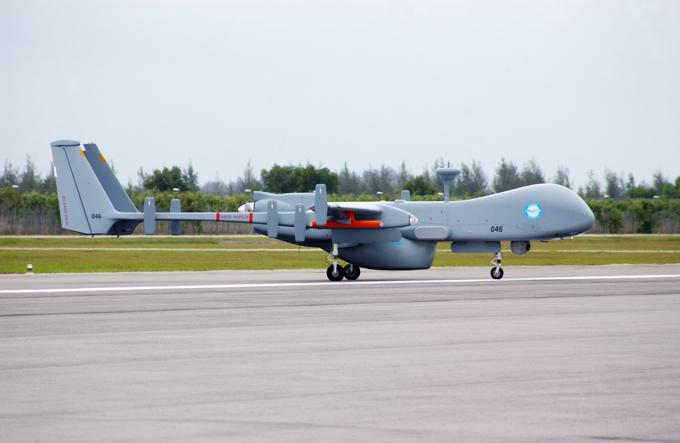 Drones é a arma do futuro O Heron IAI ( Machatz -1 ) é um de médio a longo altitude resistência veículo aéreo não tripulado (VANT ), desenvolvido pelo Malat ( UAV ) divisão da Israel Aerospace Industries. Ele é capaz de altitude média de longo Endurance (Masculino ) operações de duração de até 52 horas a até 10,5 km (35.000 pés) . Demonstrou 52 horas de vôo contínuo , mas a duração do voo máxima operacional efetivo é menor, devido à carga e perfil de vôo .FotoFotodom.ru/Rex Features