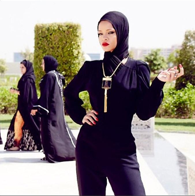 Rihanna  fez escândalo em mesquita A cantora Rihanna foi expulsa de uma mesquita de Abu Dhabi após as autoridades religiosas considerarem  inapropriadas  algumas fotos tiradas por ela.     A popstar esteve na capital dos Emirados Árabes Unidos para um show realizado no último sábado (19), e publicou em seu instagram imagens com poses  sugestivas  -- segundo um comunicado da administração do local -- no pátio da mesquita, fora da área reservada ao culto, informa ANSA. Fotos Splash/All Over.