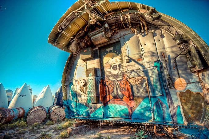 Avião  como uma obra de arte Artistas contemporâneos transformam qualquer coisa em uma obra de arte , até os aviões de guerra antigos. Eric Firestone realizou  The Boneyard Project: Return Trip  que está exposto em Tucson, Arizona nos Estados Unidos da América. Fotos Splash/All Over.