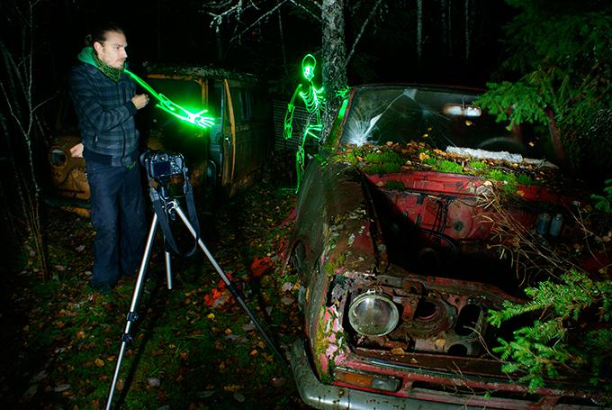 """Horror de luz  em floresta  finlandesa O artista finlandês Janne Parviainen utiliza uma técnica fotográfica conhecida como """"light painting"""" para realizar suas obras de arte.  A última exposição  foi inaugurada em um parque em arredores de Helsinki.  Janne usa apenas uma luz LED para produzir as imagens, feitas manualmente, diretamente no momento da captura da foto e com tempos de exposição variando até 30 minutos. Fotos Splash/All Over."""