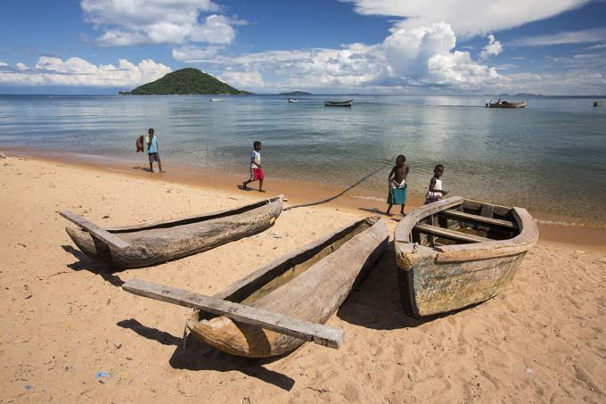 Os mais profundos lagos do mundo O Lago Malawi localiza-se na parte meridional da África, compondo o chamado Complexo ou Sistema Great Rift Valle. É o 9° lago em extensão no mundo. Na zona meridional do Lago, próximo a Monkey Bay, encontra-se o primeiro parque natural de água doce do mundo:  Lake Malawi National Park . Fundado em 1980 para proteger e estudar as centenas de espécies de Ciclídeos no Lago e outras particularidades do parque. Desde 1984 é patrimônio da Unesco.©Fotodom.ru/Rex Features