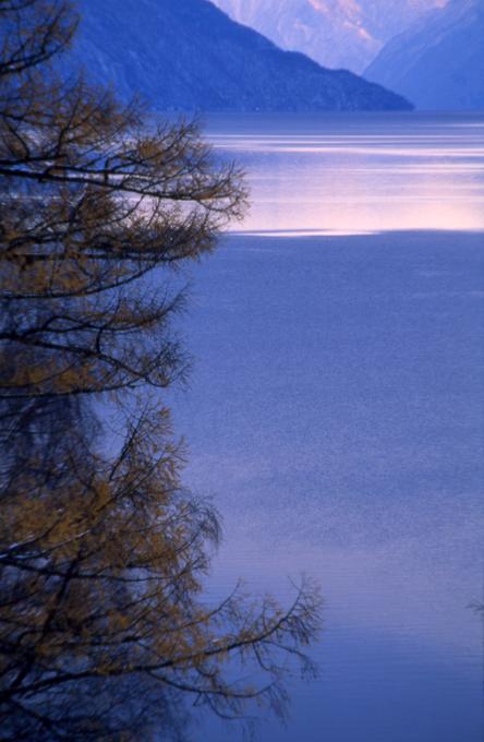 """Алтай. В поисках Шамбалы A região montanhosa da República de Altai (república federada da Rússia na Sibéria) atrai viajantes de todo o mundo. A maior atração para os caçadores de maravilhas é o pico mais alto da Sibéria, o monte Belukha, uma das montanhas sagradas do mundo e venerada pelos povos indígenas como criatura viva.Os lagos do Altai são tantos que a região reivindica o título de """"país de milhares de lagos"""", detido atualmente pela República da Carélia, no noroeste da Rússia. Um dos lagos mais famosos é o Teletskoe, que tem origem e estrutura semelhantes às do Lago Baikal e conta com uma fenda na rocha preenchida por água cristalina, com praias rochosas íngremes e pequenas baías.O turismo a cavalo é uma das opções mais cobiçadas no Altai. Alguns locais só podem ser visitados a cavalo, que podem ser alugados em qualquer aldeia ou centro de turismo. Há opções para todos os gostos. Fotos  Pravda.ru"""