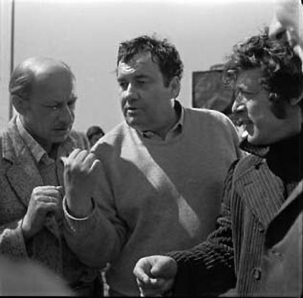 As perdas da  Rússia em 2015 Eldar Ryazanov, um dos diretores de cinema mais populares russos. Ganhou fama com  Noite de carnaval  (1956), uma comédia ao estilo dos musicais americanos que se tornou um grande sucesso no país. A comédia mais conhecida de Ryazanov é  Ironia do destino , no qual um homem acorda na noite de Ano Novo em outra cidade, na casa de outra uma mulher. Era uma piada baseada nas construções de vários edifícios idênticos na época soviética. O filme é tão famoso que continua sendo exibido a cada 31 de dezembro.