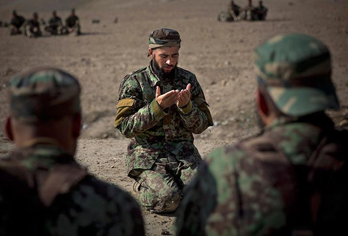 Exército afegao privado de financiamento O presidente do Afeganistão, Hamid Karzai, acusou os EUA de suspenderem fornecimentos essenciais a algumas unidades da polícia e do exército para pressionarem o país a assinar rapidamente um pacto de segurança. Os EUA querem assinar o acordo antes do fim do ano, mas Karzai já indicou que o seu país só assinará após as eleições presidenciais previstas para abril.  Fotos  AP