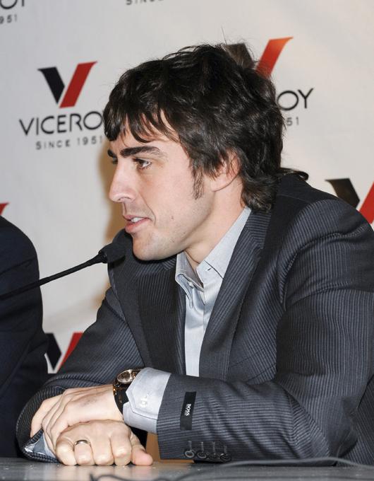 """Fernando Alonso flagrado com sua namorada russa O piloto da Ferrari e bicampeão do mundo na Fórmula 1 , Fernando Alonso namora a modelo russa Dasha Kapustina de 22 anos. Foram flagrados juntos em aeroporto de Madrid. """"Não fazia ideia de quem ele era quando o encontrei pela primeira vez"""", confessou Dasha. A revelação foi feita em entrevista para a revista Vanity Fair do mês de novembro, que trará ensaio da modelo. Fotos Splash/All Over."""