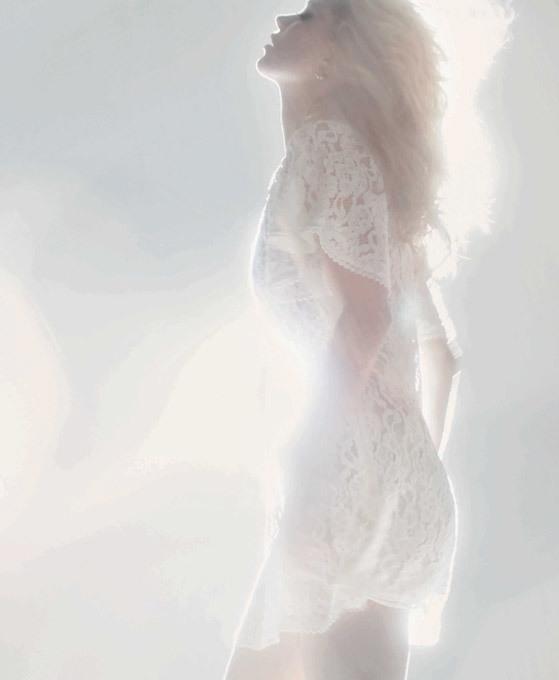 Kate Moss: A modelo que quebrou glamour é de 40 A supermodelo completou 40 anos.Apesar de não ser das mulheres mais jovens da sua profissão, a top model continua a ser das mais requisitadas, nomeadamente por estilistas como Alexander McQueen ou Versace, e das mais produtivas da sua área, sendo que a revista Forbes a considerou, em 2013, a quarta manequim que mais fatura, com uma conta bancária avaliada em 31 milhões de euros. A sua carreira notável é  de 25 anos  Fotos Splash/All Over Press
