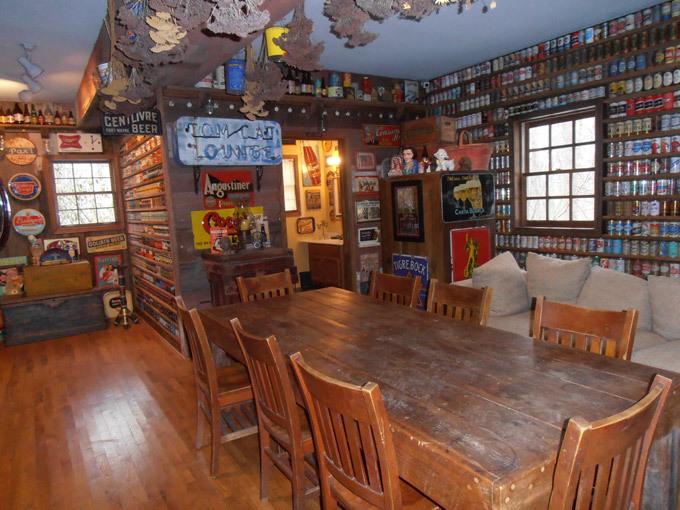 Hotel  para amadores de cerveja O americano Jeff Lebo, de 51, com as suas 82 mil latas de cerveja,  em 1998 construiu um hotel na Pensilvânia especialmente para a guardar a sua coleção. O imóvel virou um ponto turístico da região e hoje recebe turistas do mundo inteiro que ficam embasbacados com as paredes revestidas com as latas do seu acervo. Fotos  Splash/All Over Press