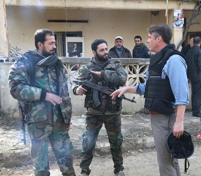 """Quem é  Falcões do Deserto sírios? Suqur al-Sahara (Falcões do Deserto)é força especial formada basicamente por veteranos e ex-oficiais, mas também por voluntários que apoiam Bashar al-Assad.o grupo é independente e é considerado uma """"tropa de elite"""" especializada em táticas de emboscada. Foi empregada em vários objetivos táticos especiais em diversos fronts, apesar de focar nas regiões desérticas próximas da Jordânia e do Iraque para cortar as linhas de fornecimento e comunicação dos rebeldes. São equipados com armas leves e médias. Foram eles que evacuaram  o navegador russo do avião Su 24 derrubado no céu sobre o Síria por um F-16 turco. Fotos Pravda.Ru"""
