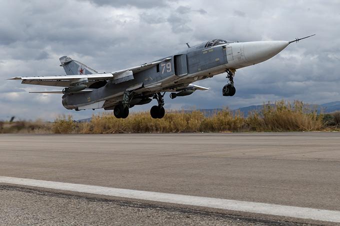A base aérea russa em Hmeymim, Syria A base aérea russa de Hmeymim é situada na província de Latakia, no noroeste da Síria.É o centro de estacionamento dos aviões russos que combatem os grupos terroristas Daesh (também conhecido como  Estado Islâmico ) e Frente al-Nusra.  A base pode lidar com aviões de transporte Antonov An-124 e Ilyushin Il-76  e pode acomodar mais de 50 aviões militares, incluindo Su-24s, Su-25  Su-34s e Su-35S. Fotos  Pravda. Ru
