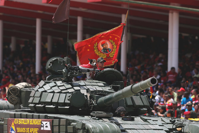 Desfile militar para homenagear  Chávez O presidente Nicolas Maduro comandou um desfile na capital antes de visitar um museu militar onde, em 1992, Chávez comandou uma tentativa de golpe que marcou o início da sua carreira política, e onde agora seu corpo está sepultado em um sarcófago de mármore. Chávez entrou para a história como o homem que reviveu Bolívar , disse Maduro, que costuma se referir ao antecessor como o segundo  libertador  da América do Sul, depois de Simón Bolívar, do século 19. Fotos AP.