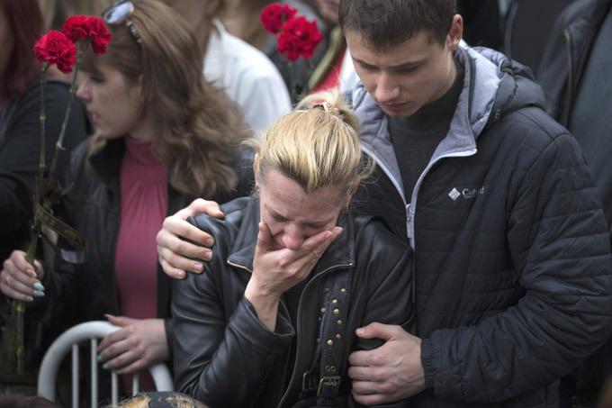 Odessa quer vingar-se da matança Um incêndio na cidade ucraniana de Odessa custou a vida para 46 pessoas, durante os choques entre manifestantes antigovernamentais e grupos neonazistas. O governo provocou  a situaçao permitindo a um grupo de fanáticos para realizarem uma marcha pela cidade, em apoio à unidade do país. Os funerais transformaram-se num acto de prometer a vingança. Fotos AP