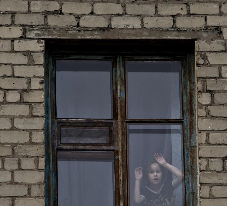 Fascismo não passará na Ucrânia A Rússia acusou a Europa de ignorar o auge do  fascismo  na Ucrânia e pediu uma investigação exaustiva sobre a morte de dezenas de ativistas pró-Moscou em Odessa na semana passada. Há vários anos a Europa age como se não observasse a forma como o fascismo ganha novos apoios e seus promotores recrutam seguidores , disse o ministro russo das Relações Exteriores, Serguei Lavrov.  O que aconteceu em Odessa em 2 de maio é fascismo puro , completou o chanceler.  Não permitiremos que os fatos sejam varridos para debaixo do tapete, como está tentando fazer a coalizão de poder da Ucrânia , advertiu Lavrov.O incêndio na Casa dos Sindicatos de Odessa, sul da Ucrânia, matou 42 pessoas, em sua maioria militantes pró-Rússia, depois de uma batalha nas ruas com simpatizantes do governo nacionalista  de Kiev. Fotos AP.