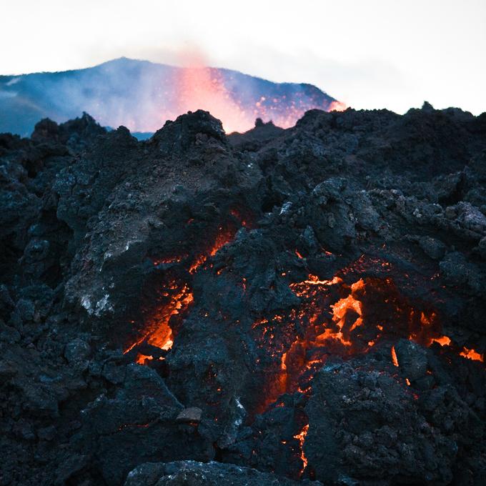 Islândia ou , melhor, Vulcanolândia Vulcão de Bardarbunga, na Islândia  entrou na errupção h+a uma semana. Embora persistam receios de uma erupção iminente, a Islândia desceu o nível de alerta para laranja, uma vez que, ao contrário do que foi anunciado, não ocorreu nenhuma erupção sub-glaciar - o que justificou o aumento do nível de alerta para vermelho e a proibição de tráfego aéreo na zona do vulcão. Fotos Splash/All Over Press