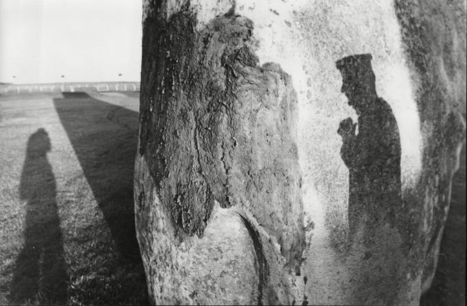 Mistérios de Stonehenge a serem resolvidos Stonehenge é uma estrutura da Idade do Bronze e teria sido construída entre 4 mil e 5 mil anos.Alguns dos famosos bloques de pedra-  bluestones , puderam ter sido eriguidos pela primera vez em Gales e logo transportados á Inglaterra . Agora, os arqueólogos querem averiguar como as pedras chegaram ao sítio onde se encontram. Uma mangueira curta demais levou arqueólogos a esclarecer um dos mistérios de Stonehenge: o antigo monumento realmente era circular. O responsável pela manutenção de Stonehenge, Tim Daw, contou que estava de pé na trilha que circunda as rochas, olhando para a grama próxima às pedras e pensando que deveria comprar uma mangueira mais longa. Foi então que percebeu que a grama estava mais ressecada nos locais em que arqueólogos tinham buscado, sem sucesso, pelas pedras que faltam. Até hoje, ninguém sabe ao certo o motivo da construção, porém acredita-se que era utilizado para rituais astronômicos e religiosos .©Fotodom.ru/Rex Features