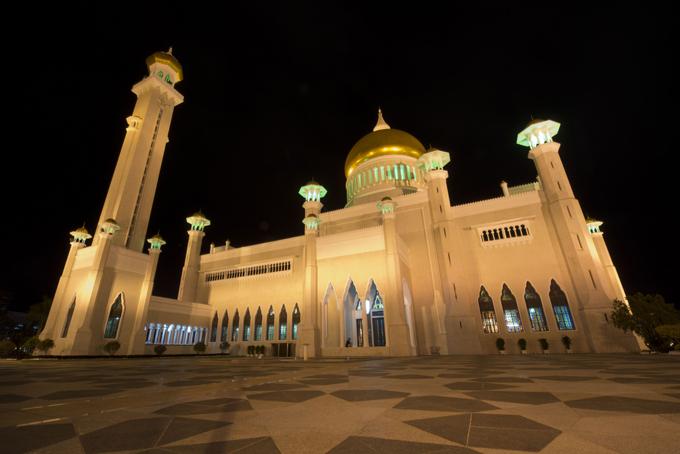 10 as mais belas mesquitas do mundo Mesquita Omar Ali Saifuddien em Brunei, esta Maravilha Arquitetônica, é cercada por uma lagoa artificial. O Ramadão e a época mais mais importante do ano para os Muçulmanos. Foto©Fotodom.ru/Rex Features