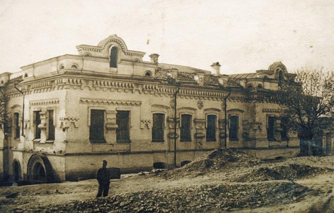 Romanov. Uma página negra na huistória da Rússia. Depois de meses isolados em uma casa de campo, o último czar, Nicolau II, e sua família foram fuzilados em julho de 1918, na cidade de Iekaterinburgo, mais tarde chamada Sverdlovsk.Em Agosto de 1917, o governo de Kerensky evacuou a família para Tobolsk, nos Montes Urais, alegando estar a protegê-los do crescente perigo que uma nova revolução lhes poderia trazer. Lá, os Romanov viveram com grande conforto.©Fotodom.ru/Rex Features