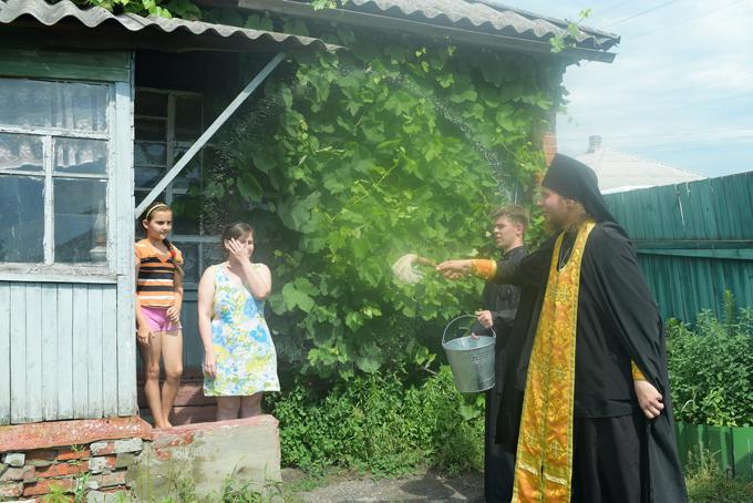 Procissão ortodoxa pela paz na Ucrânia Centenas de pessoas da Ucrânia tomam parte em uma grande Procissão ortodoxa, rezando pela paz . Esta é uma Procissão antiguerra, uma Procissão com uma oração pela Ucrânia,  paz, pelo  derramamento de sangue ao fim. Este ato nos empurra para lembrar e encontrar coragem a parar com essa loucura que ainda continua no leste da Ucrânia. Este é um evento pacífico  , - disse ao Pravda.Ru.  Vasily Anissimov,  porta-voz  do Metropolita de Kiev e de toda a Ucrânia  Onufriy (Berezovsky) . Espera-se que certas forças políticas possam obstruir a Procissão religiosa que vai em dois colunas desde leste e  oeste do pais. Mas em qualquer caso  os crentes devem se encontrar na capital Kiev  dia 27 de júlio, o dia do batismo da Russia .  Desde o início do conflito na Ucrânia em 2013 , mais de 9,3 mil pessoas morreram e mais de 21,5 mil ficaram feridas na região leste do país.  Fotos Serguei Ryzhkov. Pravda. ru