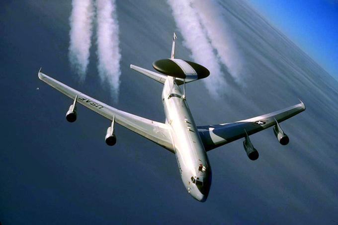 Boeing completa 100 anos O Boeing E-3 Sentry é uma aeronave militar de AWACS que fornece em qualquer tempo vigilância, comando, controle e comunicações aos Estados Unidos, Reino Unido, França, OTAN e outras forças de defesa aérea. A produção foi encerrada em 1992, após 68 exemplares.©Splash/All Over