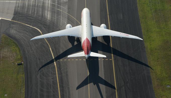 Boeing completa 100 anos O 787 foi projetado para ser 20% mais eficiente do que o Boeing 767. As características do 787 incluem seu nariz distintivo, o uso total do sistema fly-by-wire, asas curvadas, e redução de ruído dos motores. Seu cockpit é semelhante ao do Boeing 777, o que permite que pilotos qualificados operem os dois tipos de aeronave.©Splash/All Over