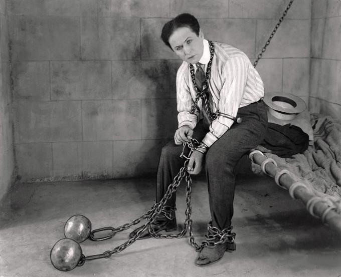 90º aniversário da morte de Houdini Este Halloween marca o 90º aniversário da morte do famoso ilusionista Harry Houdini.J húngaro-americano Harry Houdini (1874-1926) foi um dos mágicos mais famosos do mundo. Foi morto por deixar a um jovem estudante, chamado J. Gordon Whitehead,  fazer pancadas de todo o tipo no estômago dele, assegurando que não iria sofrer nenhum dano. Três socos do jovem  provavelmente romperam o apêndice do ilusionista, e causaram uma peritonite, que é a infecção generalizada do peritônio, membrana que recobre a cavidade abdominal. Como não existiam antibióticos na época, este tipo de infecção geralmente era fatal. Fotos ©Fotodom.ru/Rex Features
