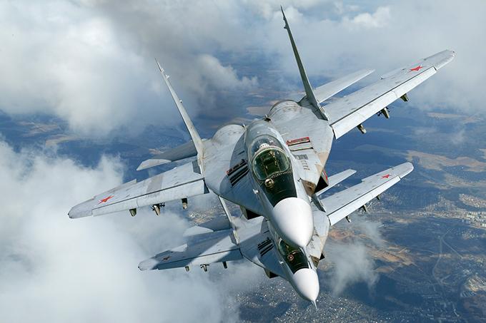 Os mais famosos aviões russos A resposta soviética aos três super eficazes caças norte americanos foram três super caças: o primeiro delesfoi o Mig-29. Um avião que combina a simplicidade soviética, facilidade de manutenção, baixo custo, alto desempenho, tamanho compacto e capacidade de manobra superior.Assim como seu similar ocidental, o F-16, o Mig-29 é largamente empregado por forças aéreas em todo mundo, sendo oavião de combatemais popular do planeta.Fotos Vadim Savitsky, Pravda.Ru.