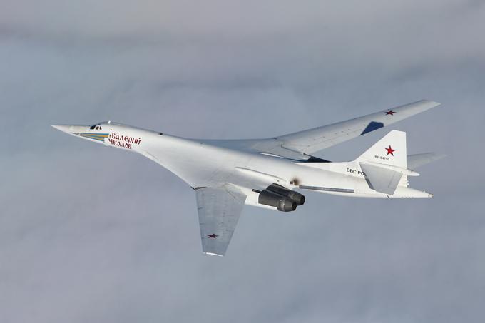 Os mais famosos aviões russos O Tu-160 Tupolev é o maior e mais pesado bombardeiro já produzido. É um bombardeiro estratégico, supersónico com alta capacidade de destruição. A tripulação composta por comandante, copiloto e dois operadores de sistemas ofensivo e defensivos . Caso a ejeção ocorra sobre a água, há um bote inflável LAS-5M. Em missões a grande altitude, o traje anti-G e o capacete ZSh-7B, ambos equipamentos padrões, são substituídos por uniformes de pressão total  Baklan , similares aos dos cosmonautas. A aeronave pode transportar os mísseis com ogivas nucleares. O Tu-160 também pode transportar bombas de queda livre, com um peso máximo de até 40 t. Estes atentados são destinados a atacar os alvos inimigos mais importantes. Fotos Vadim Savitsky, Pravda.Ru.