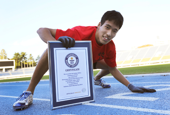 Comemorada a nova edição do Livro Guiness Katsumi Tamakoshi quebrou o recorde mundial ao correr 100 metros de quatro em 15s86 em Tóquio.
