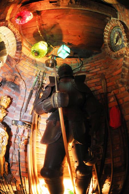 Castelo de guarda -lamas Um castelo de guarda-lamas, localizado em Millbrook, NY, é o projecto criativo do artista Pedro Wing e sua esposa Toni Ann. O castelo lhes custou 7 milhões de dólares e é um pouco remanescente da Gillette Castle no Connecticut em que está longe de tradicional e muitas vezes surpreendente. Os Wing têm esculpidos rostos e formas nas paredes - ou criados paredes as obras pré-existentes - que se encaixam perfeitamente. Fotos Splash/All Over