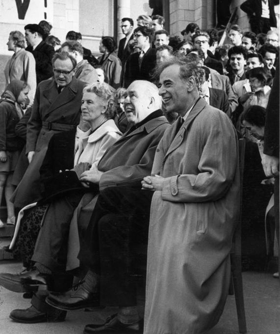 Famosos cientistas russos  O grande físico russo (1922 -1968), Lev Landau, teve um amplo campo de trabalho, que inclui a teoria da supercondutividade e a superfluidez, a eletrodinâmica quântica, a física nuclear e a física de partículas. Em 1937 encabeçou o departamento de teoria do Instituto de Física da antiga União Soviética. Foi preso por mando de Stalin e Beria em 1938. Recebeu o Nobel de Física de 1962, por sua teoria da matéria condensada, em particular do hélio líquido. Em companhia de Evgeny Lifshitz desenvolveu um grande trabalho de divulgação científica através de uma coleção em 10 volumes denominada  Curso de Física Teórica , famoso e ainda atual em todas as universidades.