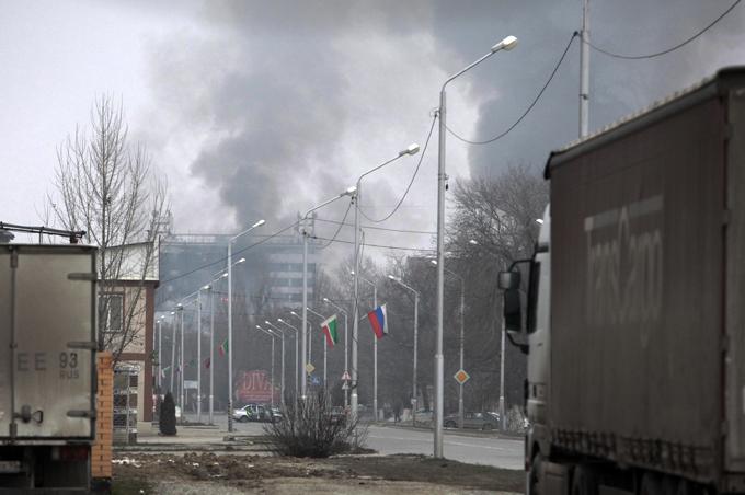 Grozny atacado por terroristas Catorze policiais e  onze terroristas ficaram mortos depois de confrontos  realizados dia 4 de dezembro na capital de Chechênia.Oficiais de segurança disseram que militantes, que estavam em três carros, entraram na capital da república, Grozny e mataram três policiais de trânsito num posto de verificação. A seguir os militantes ocuparam um prédio de dez andares na região central de Grozny, que posteriormente foi destruído pelo fogo.O chefe da Chechênia Ramzan Kadyrov disse  que nenhum civil tinha sido ferido. Fotos AP.
