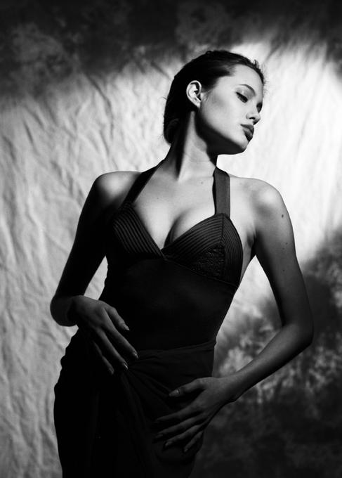 Angelina Jolie de 16 anos As fotos recuperadas de Angelina Jolie, com 16 anos numa produção em fato de banho quando ainda sonhava em ser modelo. Fotos Splash/All Over Press