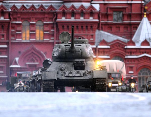 Setentenário do famoso tanque T-34 Especificações do T-34/76ATripulação: 4Peso: 26 toneladasMotor: um V-2-34 V12 movido a diesel desenvolvendo 500hpDimensões: comprimento: 5,92m; largura: 3m; altura: 2,44mPerformance: velocidade máxima na estrada: 55km/h; alcance máximo: 186kmArmamento: uma arma de 76,2mm e duas metrlhadoras de 7,62mm