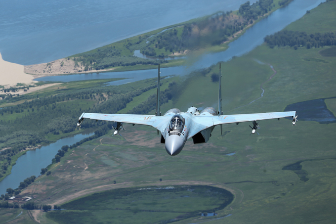 Su-35  domina o céu A China compra 24 aeronaves Su-35 e a primeira entrega foram de quatro jatos.O Su-85 pode lançar mísseis aéreos, a partir do ar para terra, tem a capacidade de levar a carga benéfica de 8 toneladas.O avião,equipado com tecnologia stealth (de invisibilidade),com um piloto pode garantir uma distância de 2500 quilômetros por hora.O alcance de uma aeronave como pode chegar a 3400 km sem reabastecimento aéreo.Os caças Su-35 permanecem em alerta permanente na base aérea de Hmeymim, na Síria.O sucesso dos caças russos Su-35 em operações antiterroristas na Síria está cada vez mais aumentando o interesse pela aeronave no mercado mundial de armamentos. Fotos Vadim Savitski Pravda.Ru