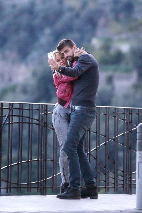 Shakira confirma boatos sobre  gravidez A colombiana Shakira, de 35 anos, anunciou há poucas horas que está grávida do seu primeiro filho, fruto da sua relação com o futebolista do Barcelona Gerard Piqué, de 25.
