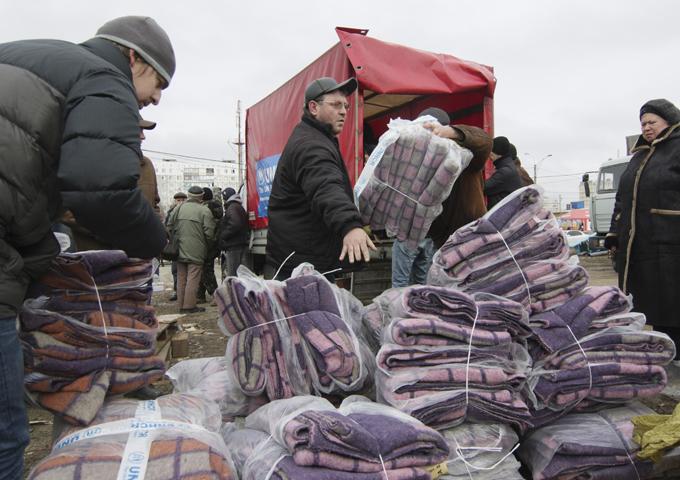 O que traz a guerra para Ucrânia Os russos seguem agora com mais atenção os acontecimentos na Ucrânia: mais de 83% dos entrevistados acompanham as últimas notícias,segundo centro de pesquisas VTsIOM.Metade dos inquiridos (50%) chamou os eventos no país vizinho de guerra civil (40% em outubro). Os russos também são agora mais propensos a caracterizar a situação como genocídio e terror – 17% versus 12% em outubro. Kiev está realizando desde meados de abril uma operação militar para esmagar os independentistas no leste da Ucrânia, que não reconhecem a legitimidade das novas autoridades ucranianas chegadas ao poder em resultado do golpe de Estado ocorrido em fevereiro de 2014 em Kiev. Segundo os últimos dados da ONU, mais de 5.000 civis já foram vítimas deste conflito. Fotos AP.