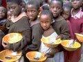 Enquanto milhões passam fome no mundo; metade da comida do planeta vai para o lixo
