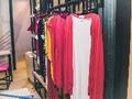Estilista, de 21 anos, aposta em moda agênero e peças costuradas manualmente
