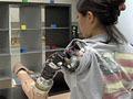 O braço biônico permite até abraçar as pessoas