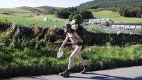 Stephen Gough, 53 anos, conhecido como  o andarilho nu , acaba de ser libertado de uma prisão em Edimburgo após cumprir mais uma pena por nudez pública. Fotos Splash/All Over