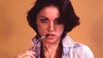 A rainha do pop,  Madonna, antes de se tornar a diva, já passou por poucas e boas, como por exemplo ter posado nua aos 18 anos nos anos 70,  quando era morena e fazia escola de dança na Universidade de Michigan. Segundo relatos a cantora teria recebido cerca de U$ 10 por hora para posar. Fotos Splash/All Over.