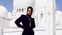 A cantora Rihanna foi expulsa de uma mesquita de Abu Dhabi após as autoridades religiosas considerarem  inapropriadas  algumas fotos tiradas por ela.     A popstar esteve na capital dos Emirados Árabes Unidos para um show realizado no último sábado (19), e publicou em seu instagram imagens com poses  sugestivas  -- segundo um comunicado da administração do local -- no pátio da mesquita, fora da área reservada ao culto, informa ANSA. Fotos Splash/All Over.