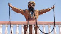 Ram Singh Chauhan começou a deixar o bigode crescer em 1970, e não o corta desde então. Hoje ele mede mais de 4,30 metros, e o indiano de Rajasthan detém o recorde do Guinness para O Bigode Mais Longo do mundo. Fotos Splash/All Over